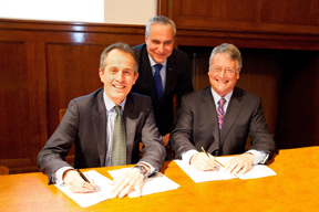 Roly Owers (left), Chief Executive of World Horse Welfare, the international horse charity, and FEI First Vice President and Chair of the FEI Veterinary Committee John McEwen (right), signed a Memorandum of Understanding at the 22nd National Equine Forum on 6 March at which FEI Secretary General Ingmar De Vos (centre) addressed experts from across Government, welfare, veterinary science and equestrian sport