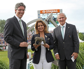FEI President HRH Princess Haya receives the Prize of the City of Aachen from the Major of the City of Aachen Marcel Philipp (left) and ALRV President Carl Meulenbergh. (Photo: CHIO Aachen/Michael Bush).