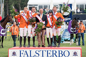 The Netherlands posted their first victory of the FEI Nations Cup™ Jumping 2017 Europe Division 1 series at the sixth leg in Falsterbo, Sweden. Left to right: Ruben Romp, Michel Hendrix, Chef d'Equipe Rob Ehrens, Aniek Poels and Jur Vrieling. Photo by FEI/Richard Juillart