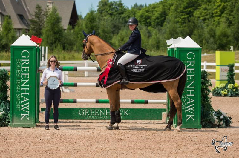 Ally Flinn of Greenhawk presents Nora Gray and Dior with winning awards. Photo by Ben Radvanyi Photography